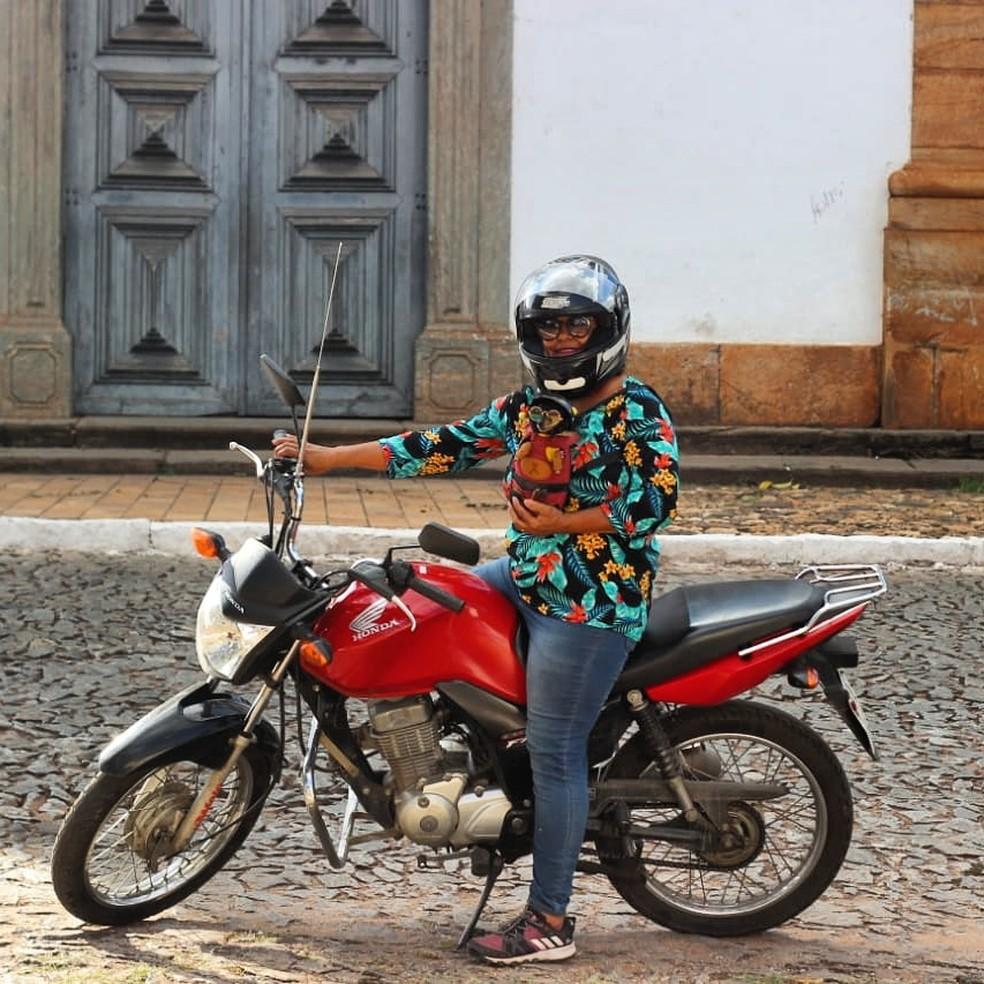 Minimi não gosta que as pessoas se aproximem da moto.  — Foto: Adna Rocha/Arquivo pessoal