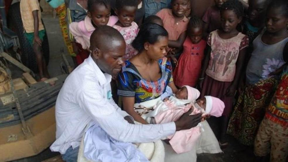 Pais conseguiram salvar as meninas após a viagem de 15h até o hospital (Foto: BBC/JACKLYN REIERSON, MAF)