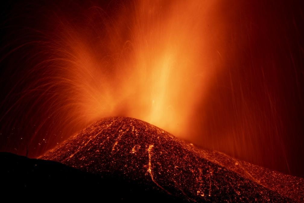 Vulcão em erupção expele lava na ilha de La Palma na Espanha, em 23 de setembro de 2021. Ele entrou em atividade em uma pequena ilha nas Canárias, no Oceano Atlântico, no domingo (19) e forçou a evacuação de milhares de pessoas de suas casas. — Foto: Emilio Morenatti/AP