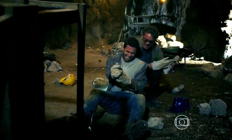 Cassiano (Henri Castelli) cai do alto da mina e Duque (Jean Pierre Noher) socorre o amigo - 'Flor do Caribe' — Foto: Globo