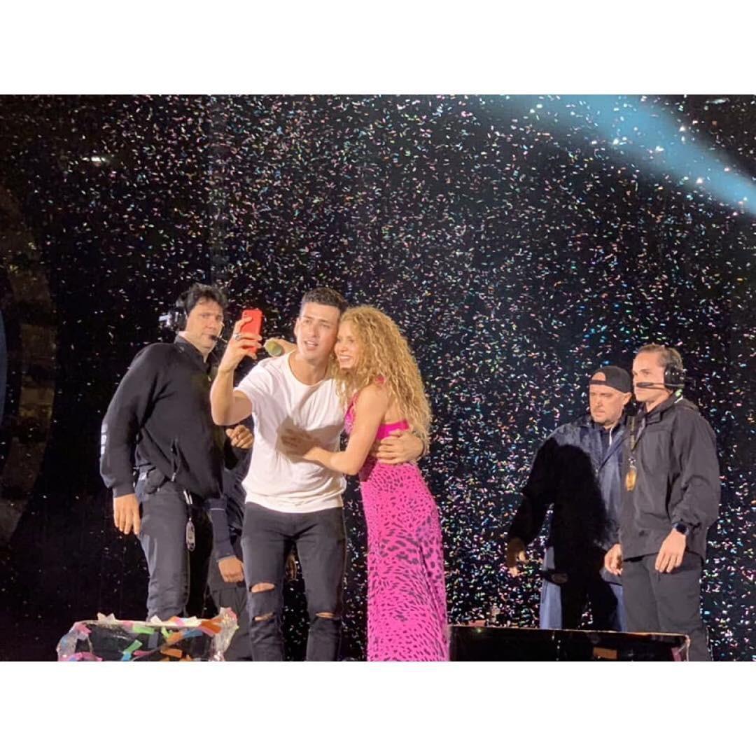 Fã invade palco e tira selfie com Skakira (Foto: Reprodução / Instagram)