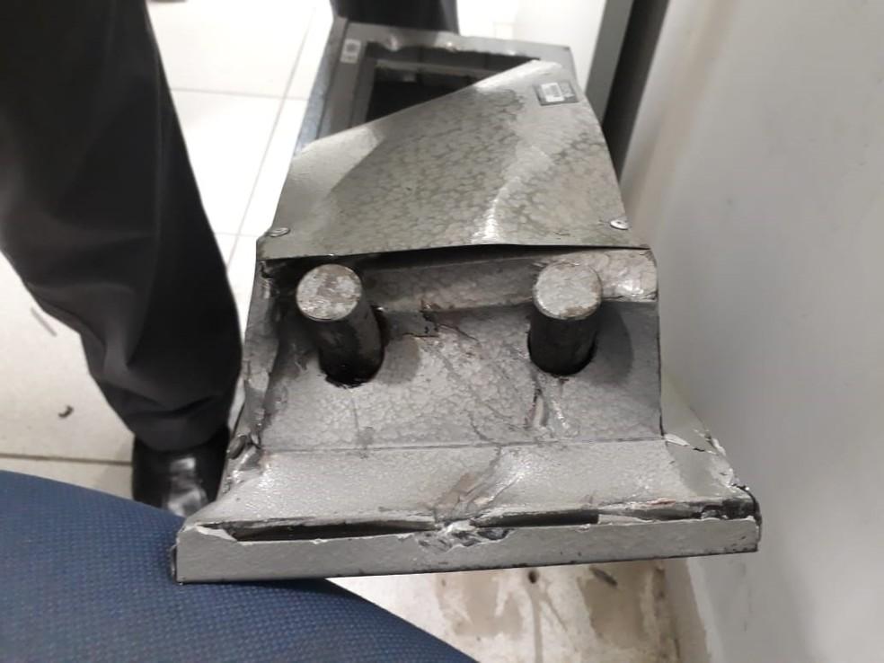 Cofre onde eram guardadas as armas foi estourado (Foto: Divulgação/Polícia Federal)