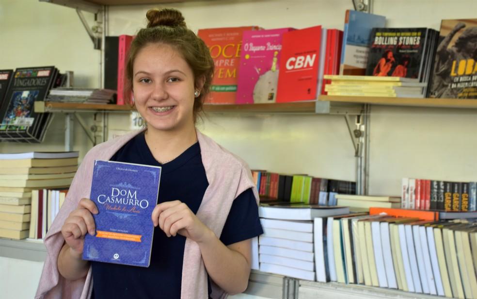 Clássico: estudante recomenda 'Dom Casmurro' na Feira Nacional do Livro de Ribeirão Preto (SP) — Foto: Pedro Martins/G1