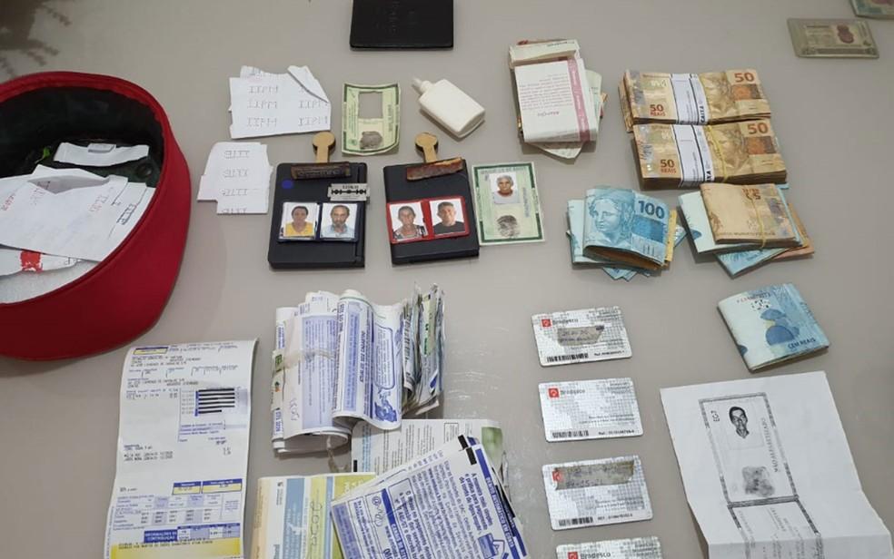 Documentos e dinheiro encontrados pela PF no interior da Bahia em operação de combate a fraudes previdenciárias — Foto: Divulgação/Polícia Federal