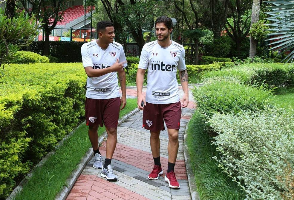 Hudson ao lado de Reinaldo, outro que voltou ao São Paulo este ano após empréstimo (Foto: Divulgação)