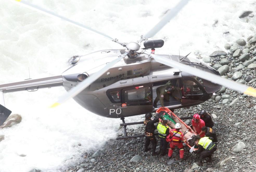 Helicóptero faz resgate de passageiros de ônibus que caiu de penhasco no Peru (Foto: ANDINA/Vidal Tarqui)