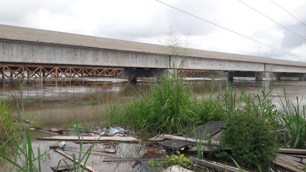 Nível do rio chegou a 14 metros na região que banha a RO-459.  — Foto: Rinaldo Moreira/G1