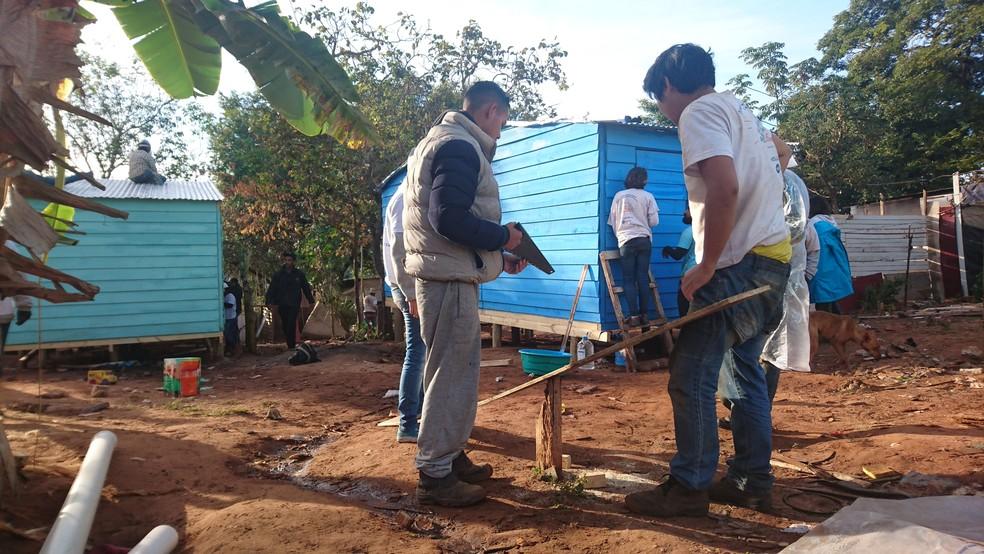 Casas são construídas com a ajuda de voluntários (Bauru)  (Foto: Julia Martins / G1 )