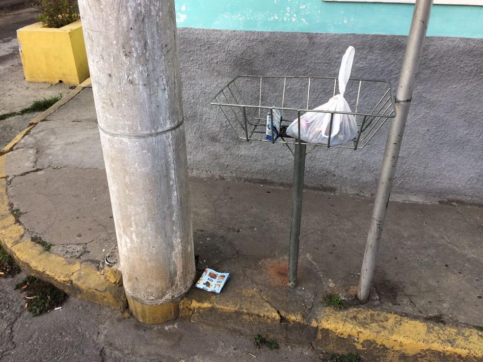 Caixa com o feto estava na calçada entre lixeira e poste (Foto: Pedro Melo/TV Vanguarda)