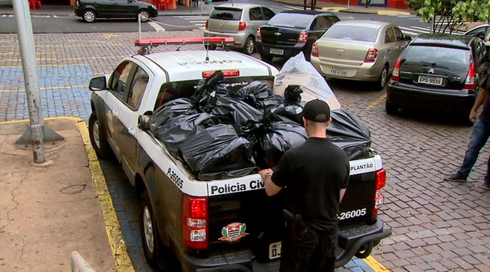 Documentos e equipamentos apreendidos durante a Operação Têmis, em Ribeirão Preto (SP) (Foto: Reprodução/EPTV)