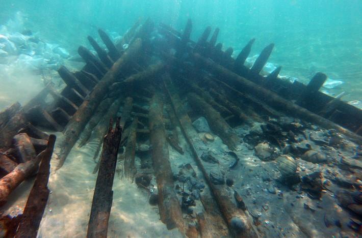 Navio naufragado no século 7 d.C. em Israel tem artefatos cristãos e muçulmanos (Foto: A. Yurman/www.archaeology.org)