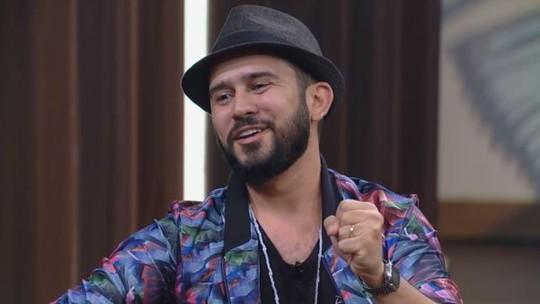 Best-seller de poesia, Bráulio Bessa explica por que não tira o chapéu