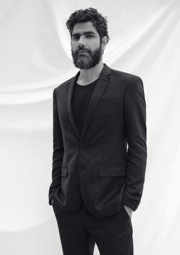 Gustavo usa terno Ricardo Almeida e camiseta Calvin Klein (Foto: Helm Silva)
