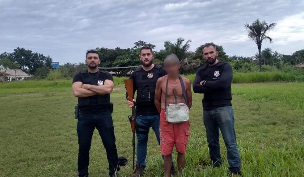 Equipe da Polícia Civil percorreu 120 km por estrada e 4 horas de canoa/rabeta até chegar a comunidade e prender suspeito de estupro — Foto: Polícia Civil de Juruti