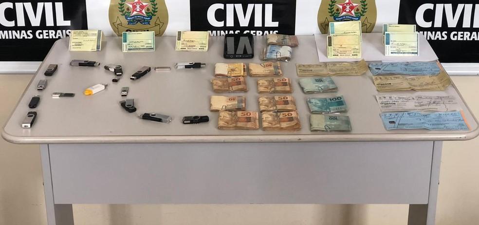 Dinheiro e materiais apreendidos pela Polícia Civil em Araxá — Foto: Thomaz Albano/G1