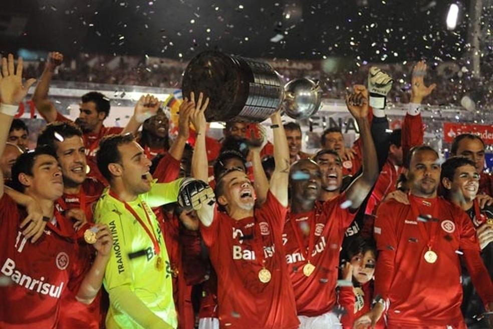 D'Alessandro, com a taça da Libertadores em 2010 — Foto: Internacional/Divulgação