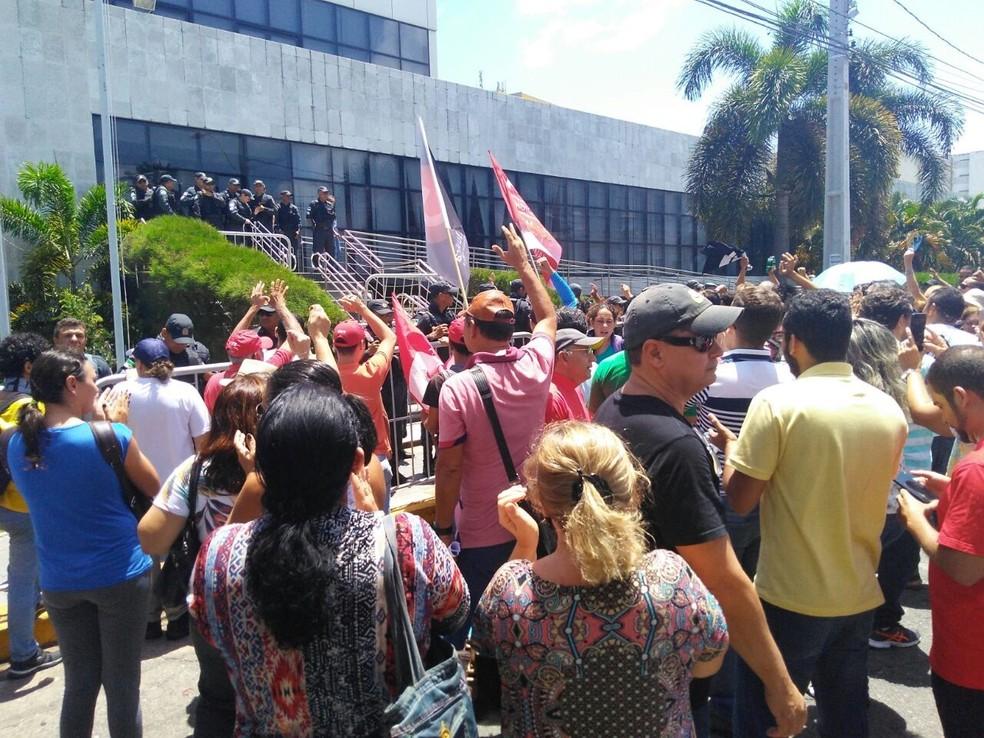 Manifestantes contrários aos projetos do Governo do RN protestaram em frente à Assembleia Legislativa nesta quarta-feira (31) (Foto: Marksuel Figueredo/Inter TV Cabugi)