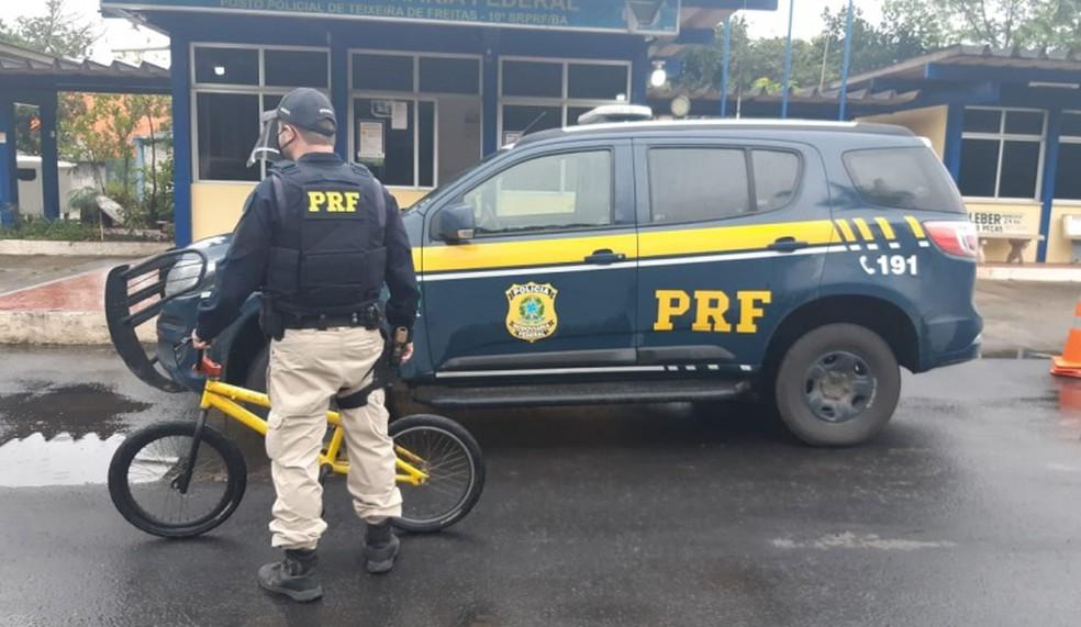 Homem empurrava bicicleta em rodovia, quando foi abordado — Foto: Divulgação/PRF