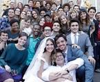 Luiz Henrique Rios posa com o elenco | TV Globo