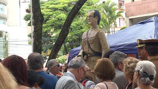 Praça de BH recebe estátua de Guimarães Rosa no aniversário de 50 anos de morte do escritor mineiro
