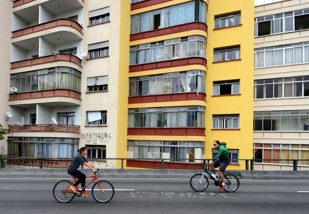 Ciclistas pedam sobre o Minhocão em São Paulo (Foto: Frédéric Soltan/Corbis via Getty Images)