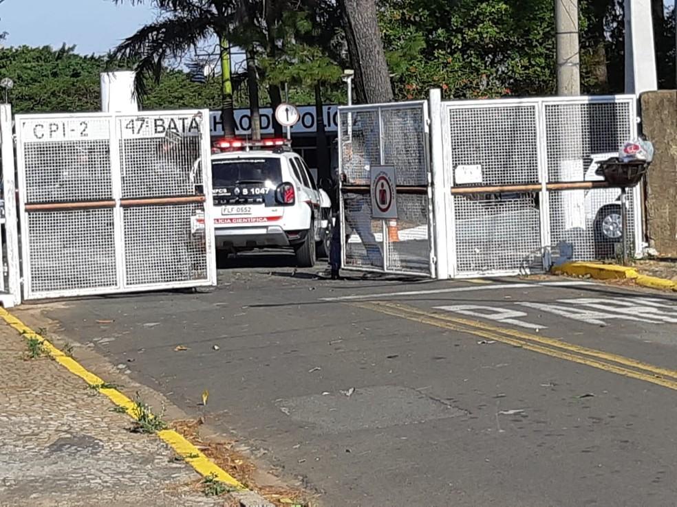 Equipe da perícia chega ao 47º Batalhão da PM em Campinas (SP) — Foto: Carina Rocco/EPTV