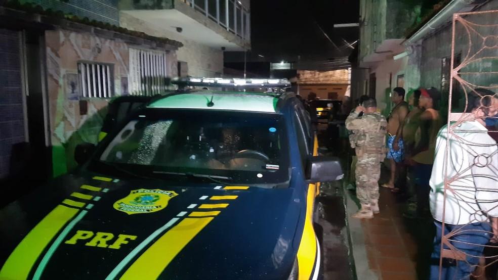 Homem troca tiros com polícia, faz família de PM refém e é preso em Natal — Foto: Sérgio Henrique Santos/Inter TV Cabugi