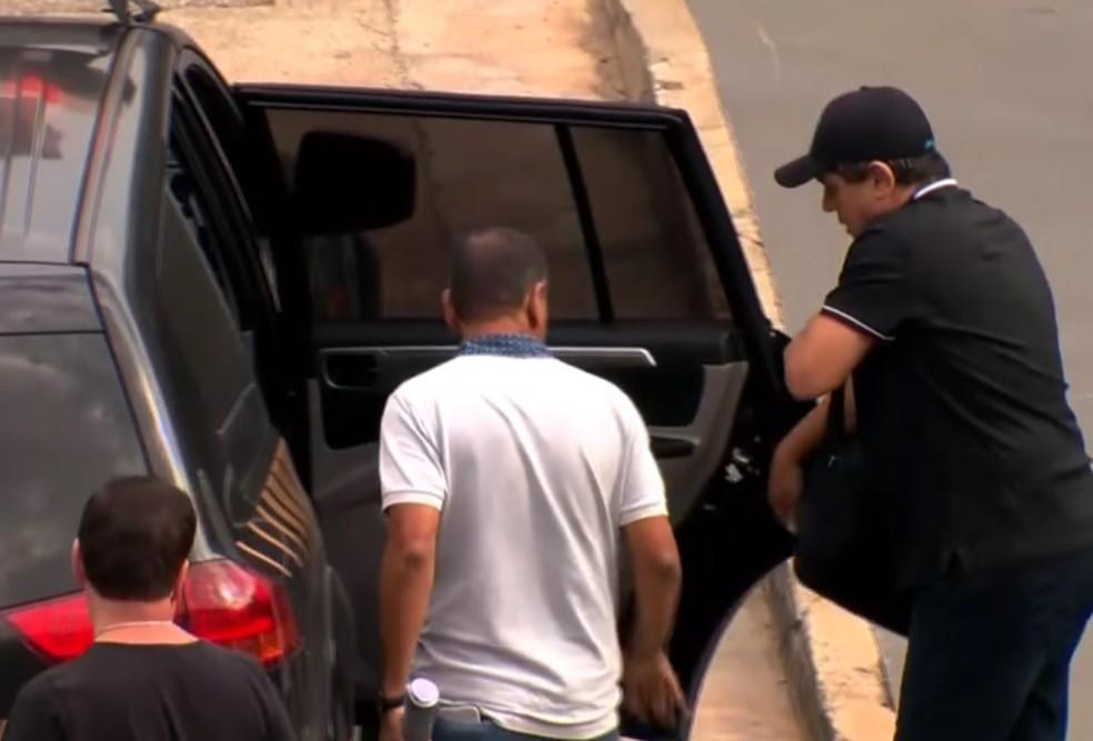 Deputado João Rodrigues foi preso no Aeroporto de Guarulhos, em SP, e transferido para Porto Alegre em voo comercial (Foto: Reprodução/TV Globo)