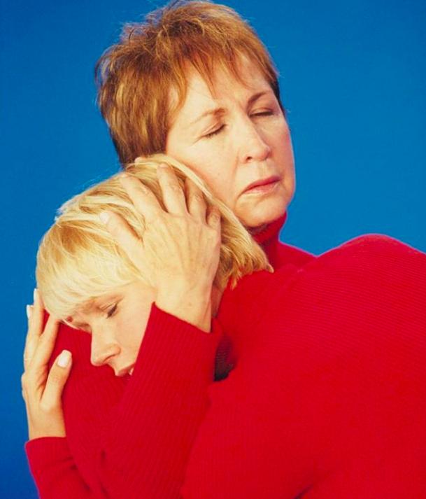 Xuxa abraçada com a mãe, em foto postada na madrugada do dia 9, Dia das Mães (Foto: Reprodução / Instagram)