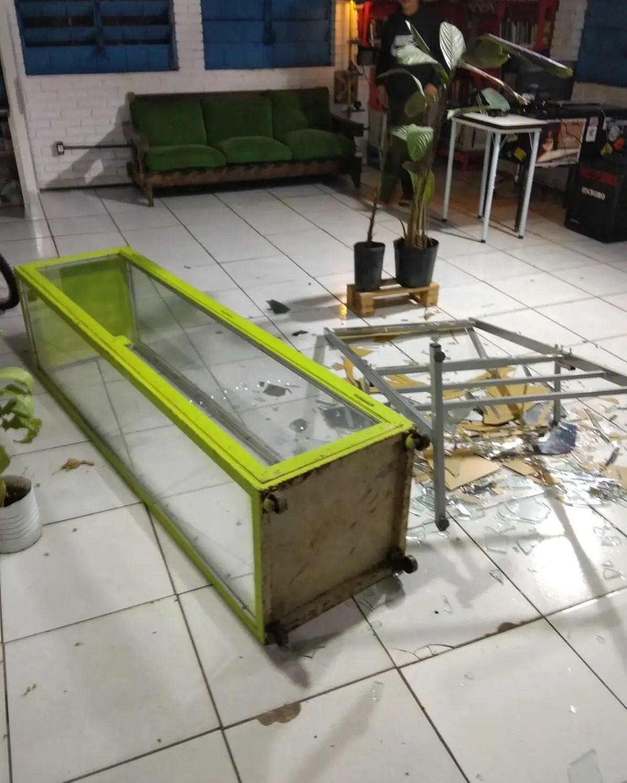 Equipamentos de projetos sociais são furtados após arrombamento de biblioteca comunitária em Porto Alegre