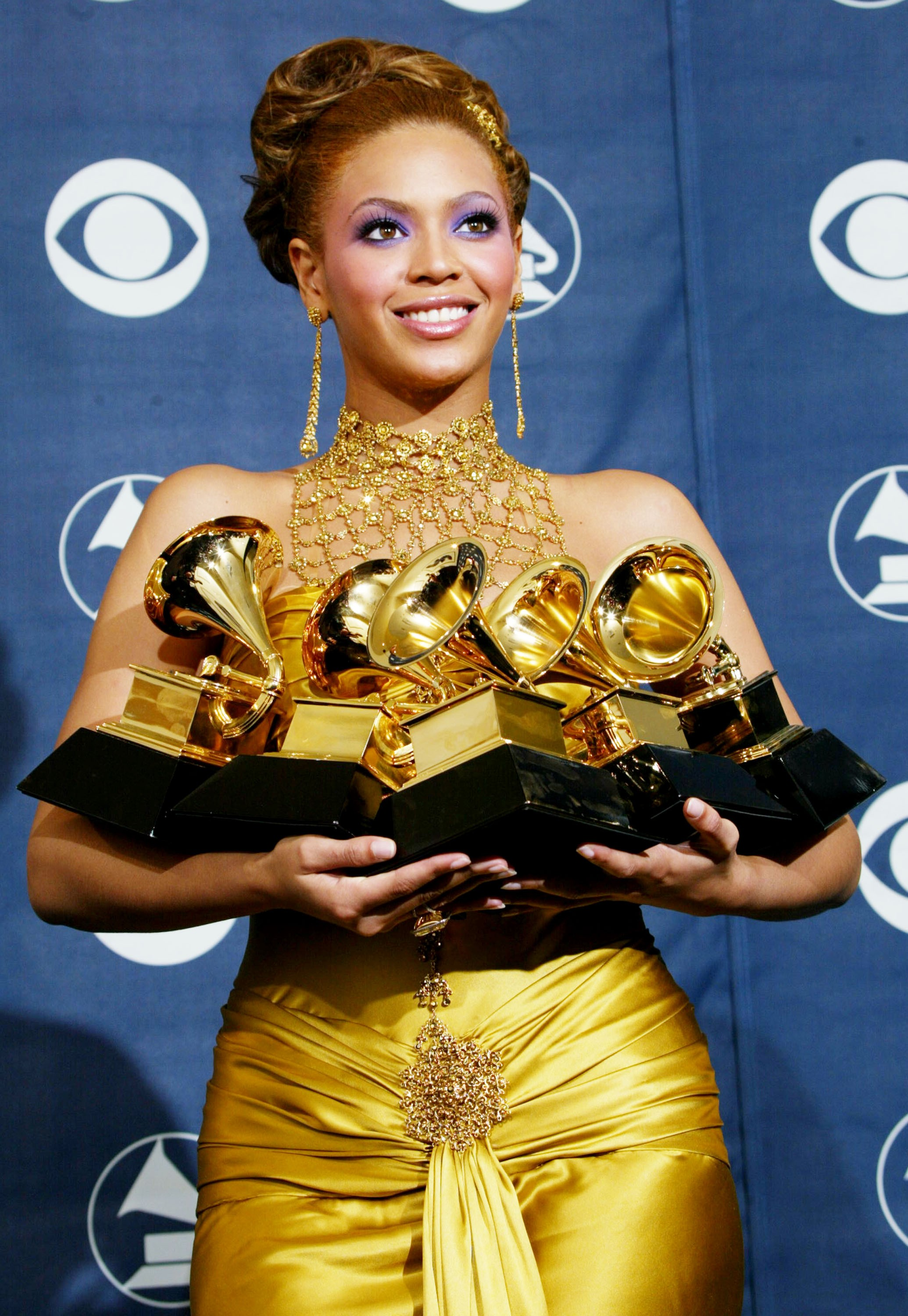 LOS ANGELES - FEBRUARY 8:  Singer Beyonce Knowles poses with her six Grammys backstage in the Pressroom at the 46th Annual Grammy Awards held at the Staples Center on February 8, 2004 in Los Angeles, California.  (Photo by  Frederick M. Brown/Getty Images (Foto: Getty Images)