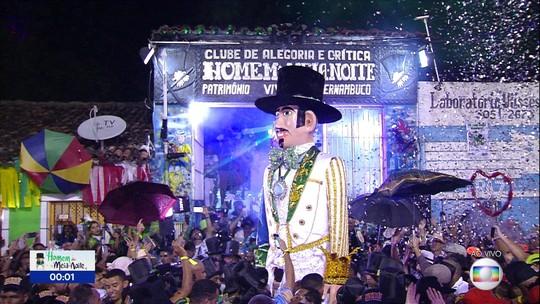Homem da Meia-Noite presta tributo a gigantes do carnaval e arrasta multidão em Olinda