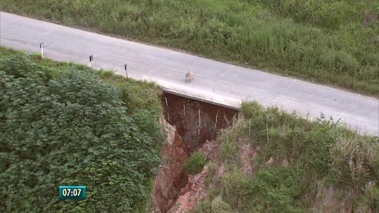 Buraco se abre em barreira que sustenta rodovia estadual em PE
