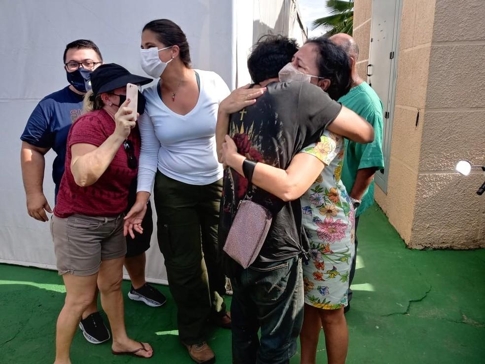O piloto Antônio Sena sendo recepcionado no Hospital para onde foi levado para fazer exames  — Foto: Elton Pereira/TV Tapajós