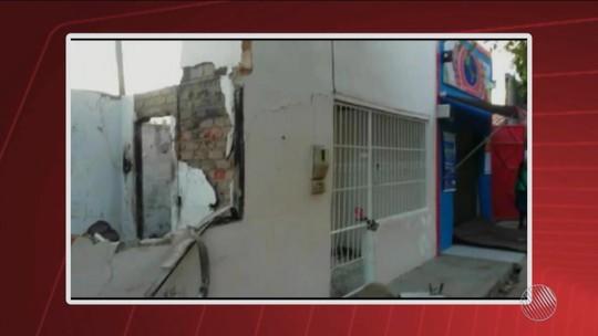 Casa é atingida por tiros e explosivos e tem cômodos destruídos na Bahia