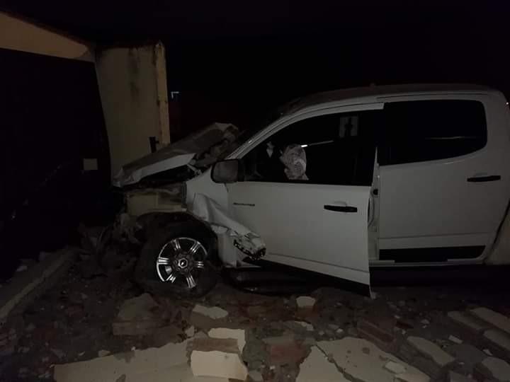 Carro desgovernado bate em poste e derruba muro de comércio em Cacoal, RO - Noticias