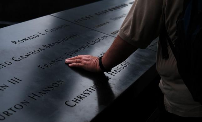 Nomes de vítimas dos ataques gravados no Museu e Memorial do 11 de Setembro, em Nova York