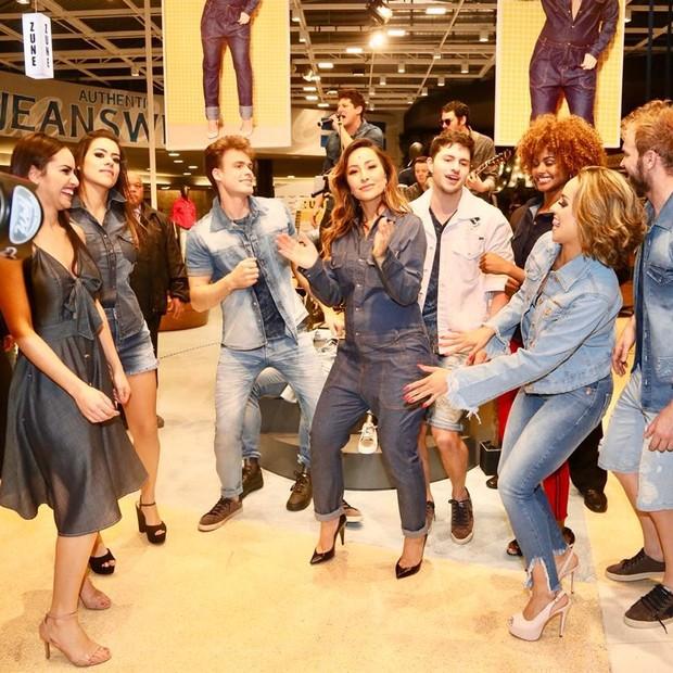 A apresentadora se divertiu muito em evento de loja de jeans (Foto: Manuela Scarpa/Brazil News)