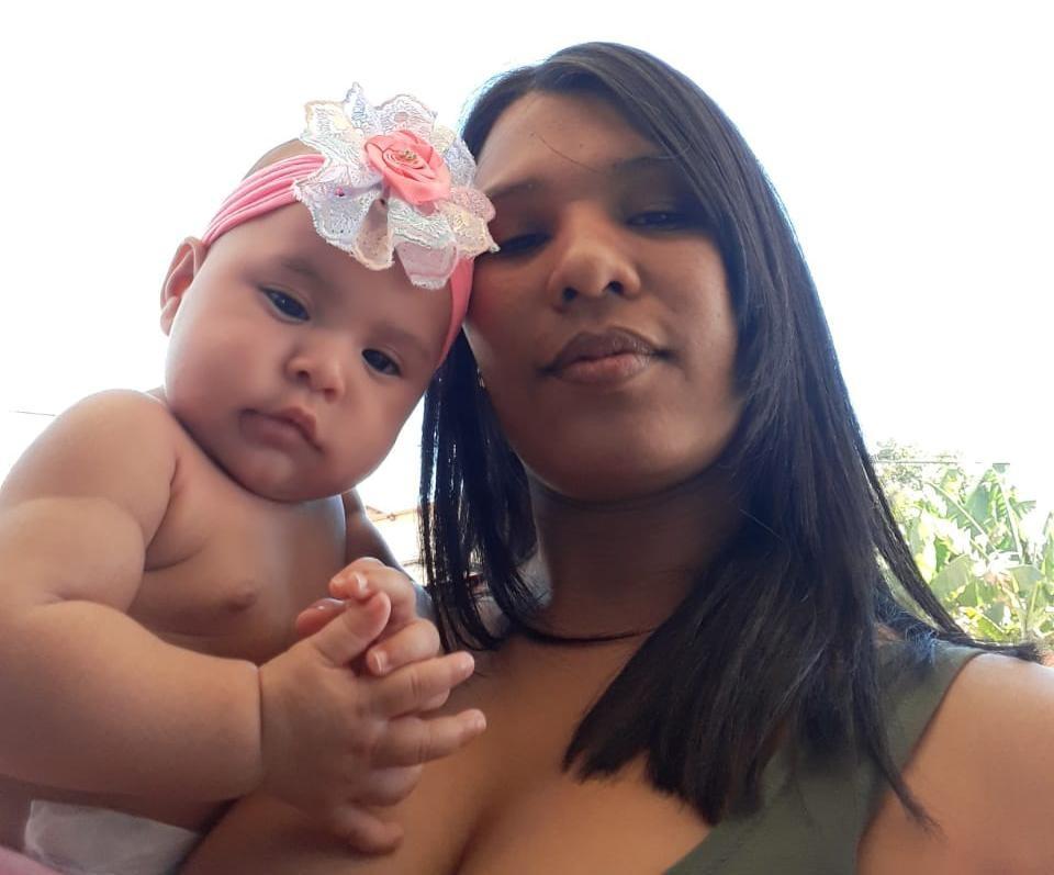 'Acharam ela perto do capim', diz mãe de bebê que sobreviveu após ser arremessada de van que capotou - Notícias - Plantão Diário