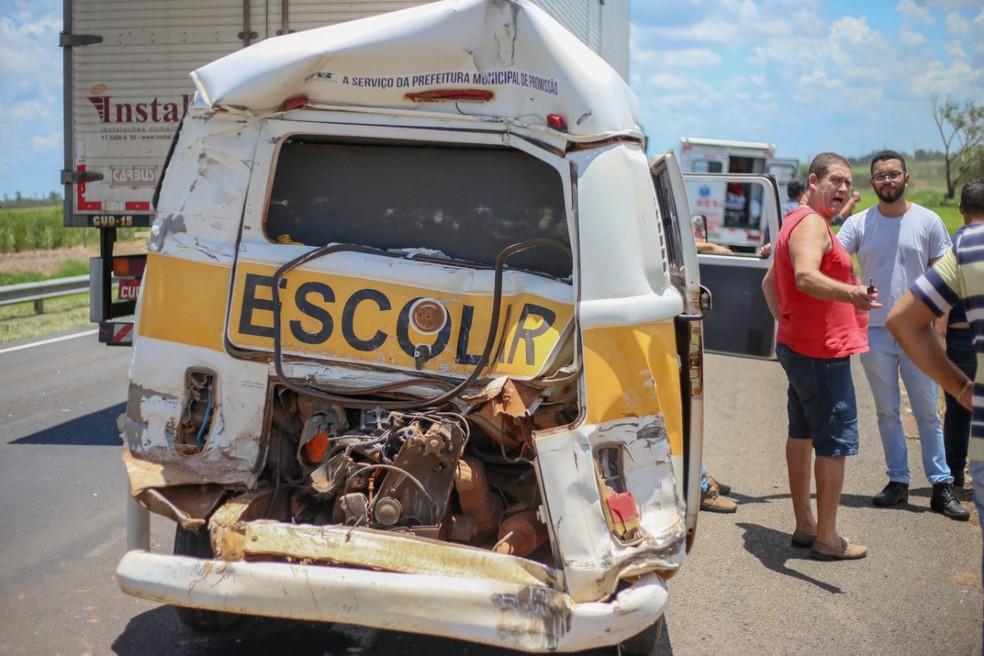 Perua escolar danificada após colisão que feriu sete pessoas — Foto: Assessoria Prefeitura de Promissão/Divulgação