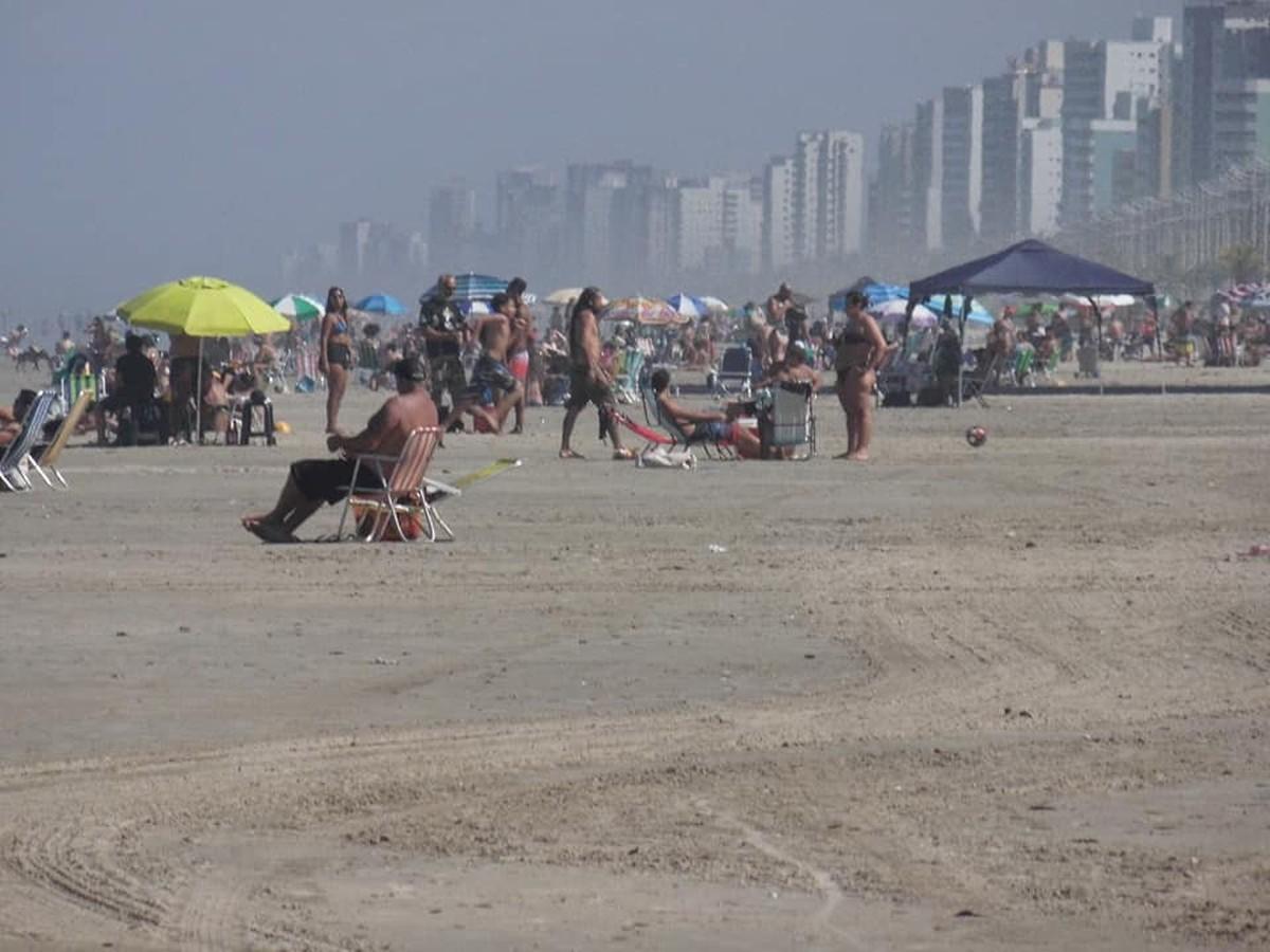 Banhistas aproveitam 'dia de verão' e lotam praias proibidas no litoral de SP – G1