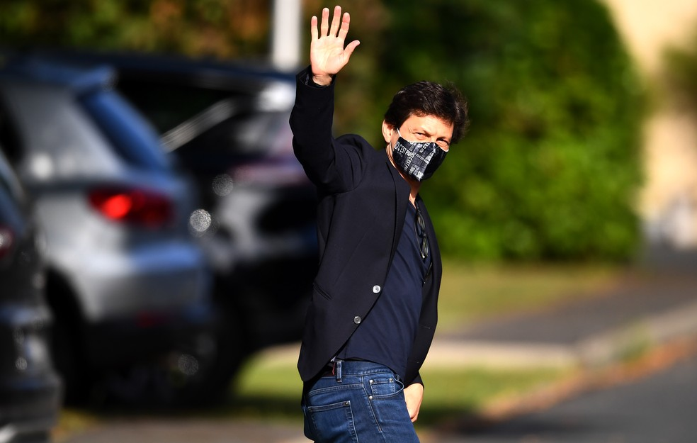 O tetracampeão Leonardo, dirigente do PSG, também marcou presença na reapresentação — Foto: AFP