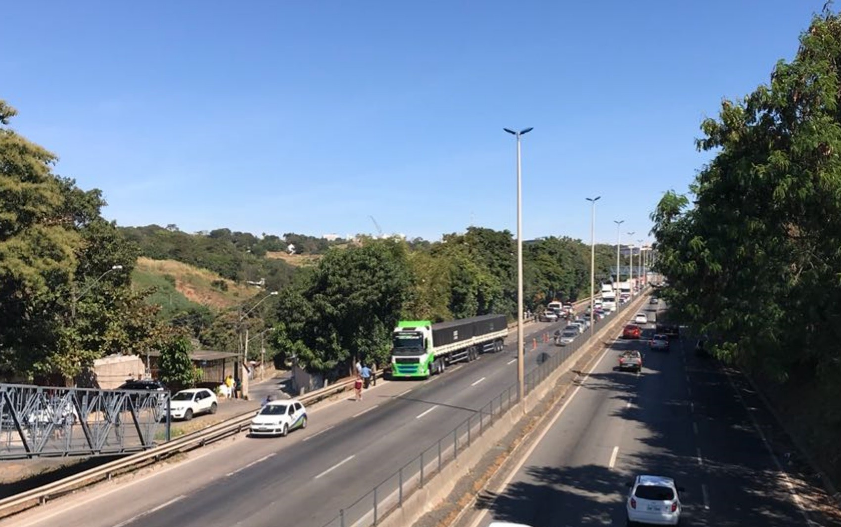 Ciclista morre após acidente com caminhão na BR-153, em Goiânia
