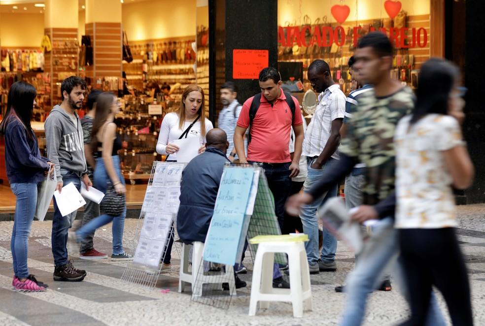 Pessoas procuram vagas em São Paulo (Foto: Paulo Whitaker/Reuters)