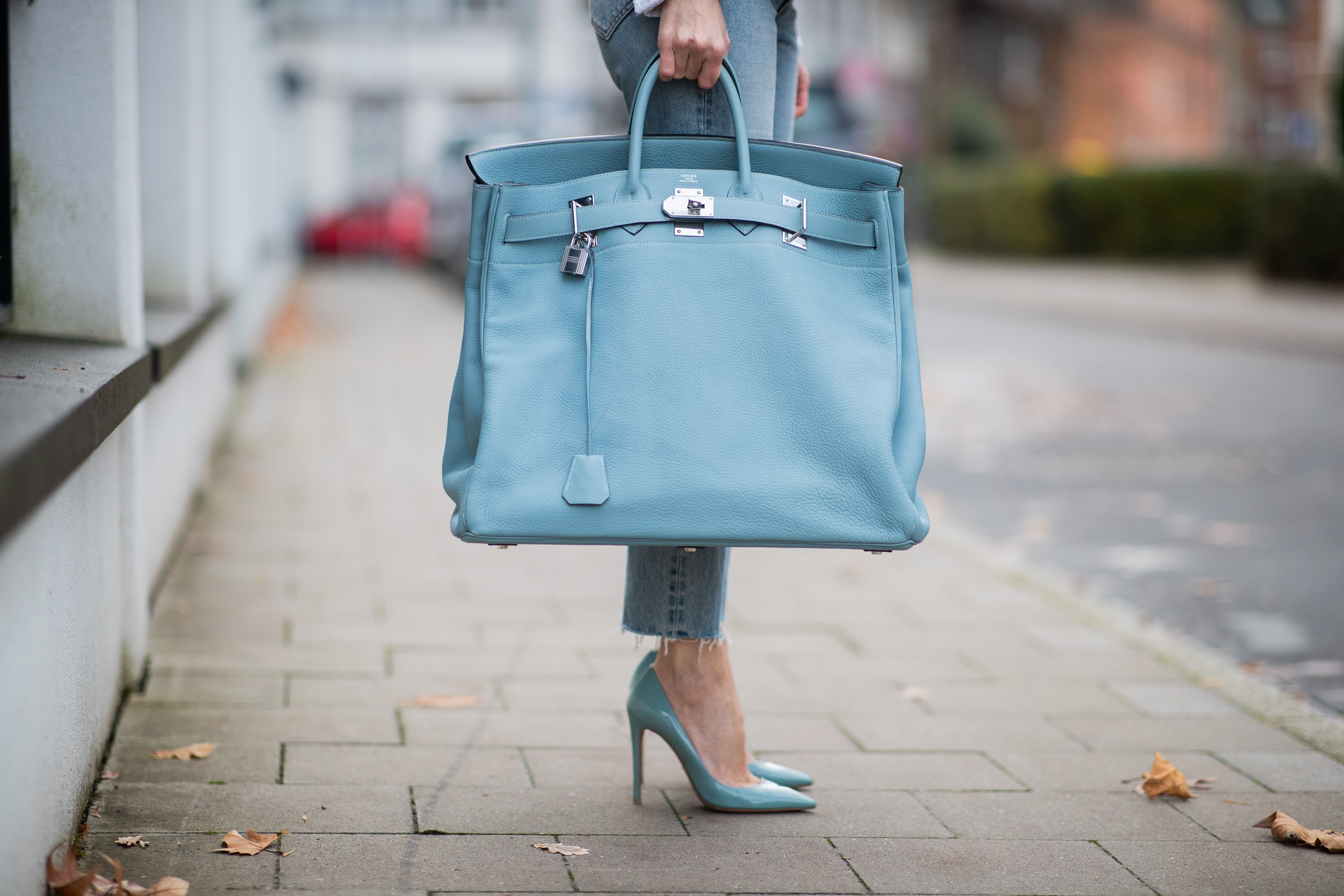 DUESSELDORF, GERMANY - DECEMBER 10: Alexandra Lapp is seen wearing light blue turquois oversized Hermès Birkin Bag, light blue ripped Celine denim jeans, Prada pumps on December 10, 2019 in Duesseldorf, Germany. (Photo by Christian Vierig/Getty Images) (Foto: Getty Images)