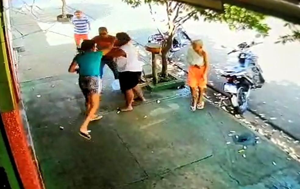 Mulher é esfaqueada após discussão em Agudos — Foto: Circuito de segurança/ Reprodução