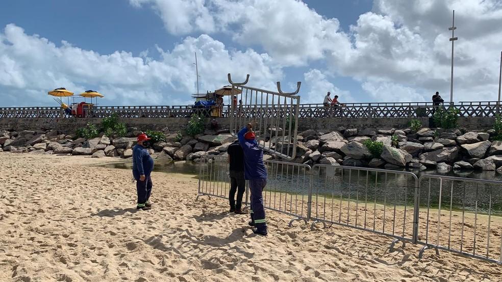 Funcionários cercam o trecho da 'Praia dos Crush' em Fortaleza — Foto: Isaac Macedo/SVM