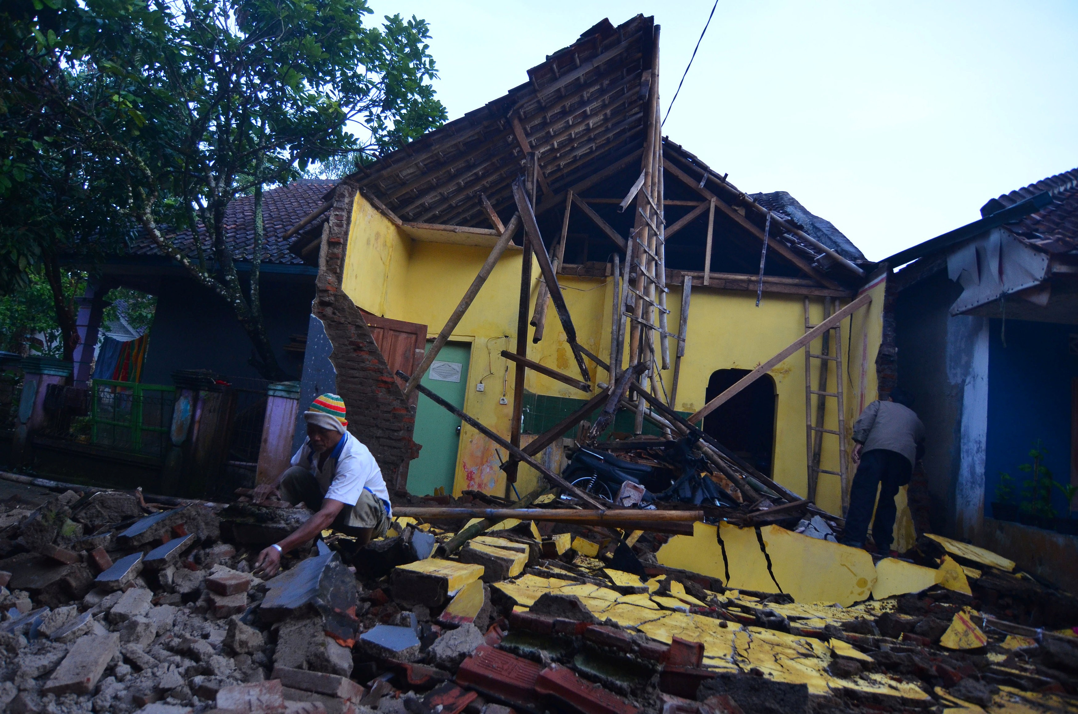 Forte terremoto deixa mortos e feridos na Indonésia