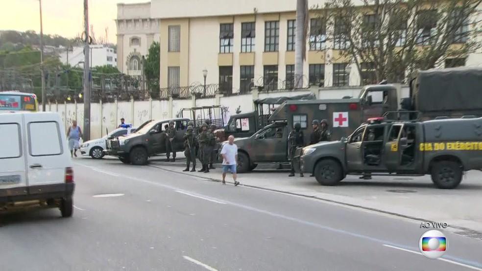Carros das forças de segurança em rua do Centro do Rio de Janeiro. (Foto: Reprodução/ TV Globo)