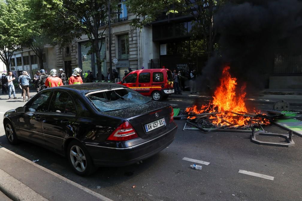 Manifestantes colocam fogo em entulhos perto de carro durante o 23º dia de protestos dos coletes amarelos — Foto: Yves Herman/Reuters